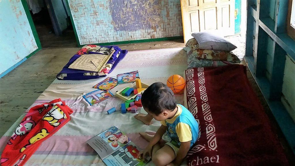 Ruang tengah sekaligus ruang tidur, tempat mengaji+solat, ruang baca, dan interaksi kelurga.