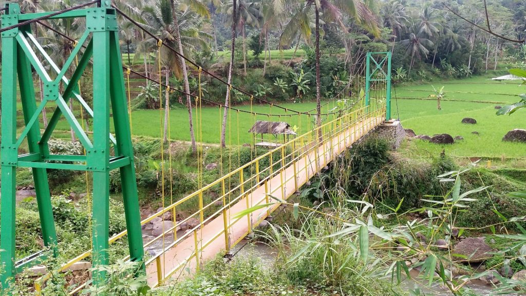 Jembatan, sungai dan sawah di depan Desa Pagelaran ini tempat favorit Fahmi ngabuburit