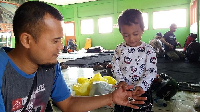 Antusias terhadap kupu-kupu batik yang baru pertama kali dijumpi. Hingga sampai rumah si batik ini masih jadi topik diskusi ringan antara Fahmi dan ayahnya