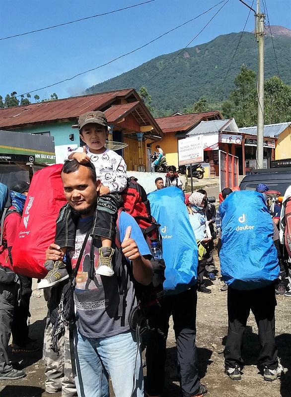Fahmi termasuk anak pemalu. Semoga dengan berinteraksi langsung baik dengan alam atau sesama pendaki, akan banyak pengalaman yang didapatnya.