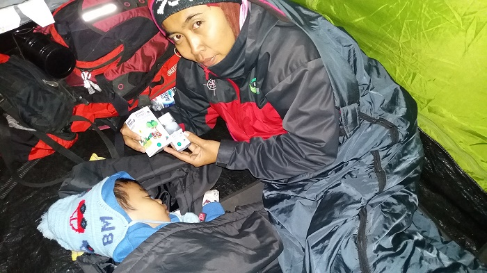 Tidur Fahmi gelisah, kadang seperti mengigau. Suhu badannya pun terasa panas tidak biasa, mungkin Fahmi demam. Segera saya keluarkan Tempra