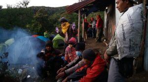 Penampakan kami di pagi hari yang dibilang Fahmi seperti badut. Ada yang berjaket karung, berjilbab kaos, rame dan macam-macam...