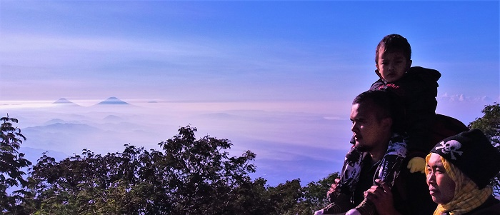 Indahnya melihat gunung kembar Sindoro an Sumbing yang dililit awan