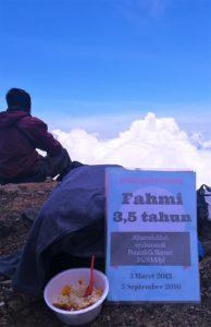 Alhamdulillah, bisa sarapan di puncak tertinggi di Jawa Tengah. Liburan Ceria yang tidak akan terlupakan ini mah...