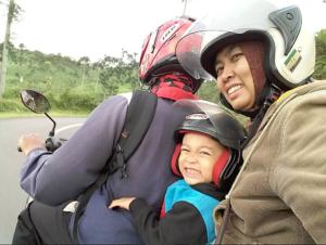 Kemanapun travelingnya, dari kampung ke kota kabupaten kami tetap ngirit ongkos :)
