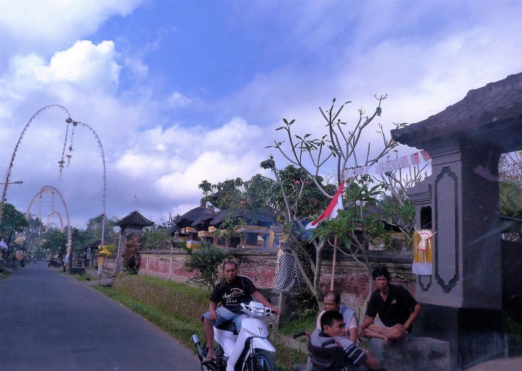 Suasana kampung di Badung saat meryakan Galungan. Penjor berada di setiap depan rumah warga