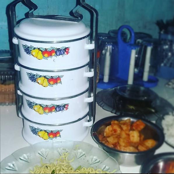 Rantang berisi hidangan lebaran dari orang tua santri