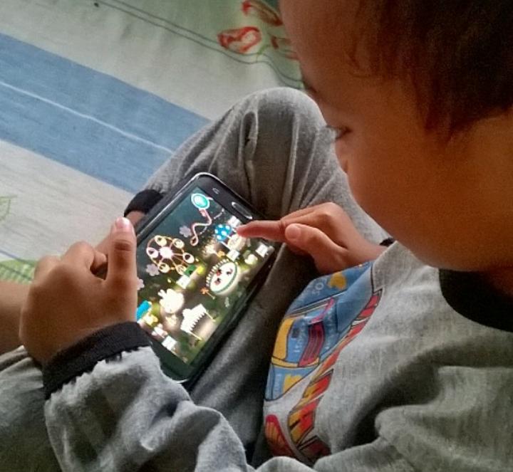 Gadget jadi media pembelajaran anak untuk melatih perkembangan serta imajinasinya.