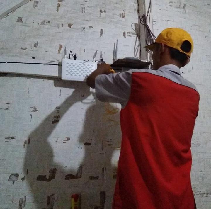 Proses pergantian dari Tembaga ke fiber optik oleh petugas Telkom Tanggeung di rumah