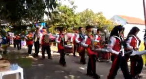Fahmi putra saya tertarik kepada petugas Marching Band anak sekolah saat pawai agustusan yang lewat depan rumah