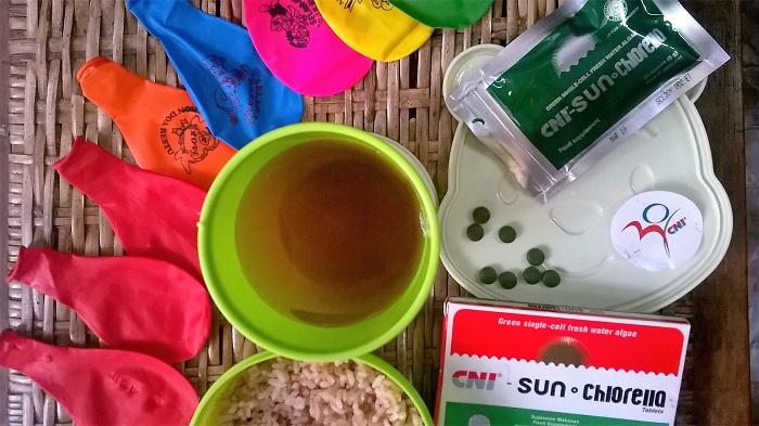 Sebelum makan, ngemil suplemen yang kata Fahmi serasa makan kacang rasa nori! :)